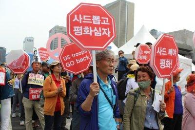 South Koreans rally outside U.S. Embassy, demand peace declaration