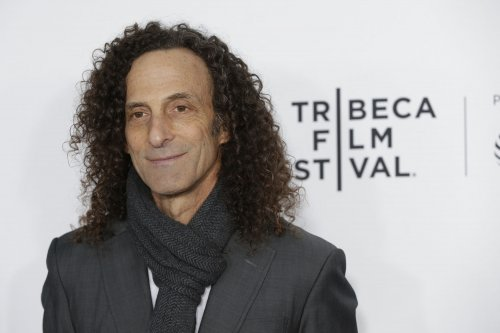 Kenny G serenades Delta passengers for charity