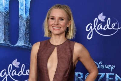 Kristen Bell, Jimmy Fallon perform Disney songs on 'Tonight Show'