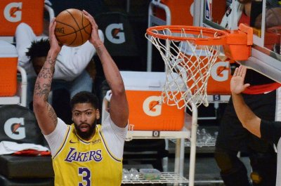 Anthony Davis helps Lakers take playoff series lead vs. Suns