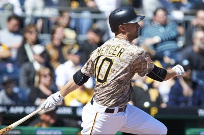 Pittsburgh Pirates' Jordy Mercer leaves with ailing head, ear