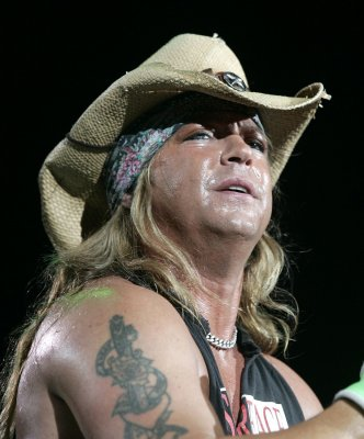 Ailing Bret Michaels wins 'Apprentice'