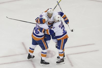 New York Islanders edge Pittsburgh Penguins, move back into playoff position