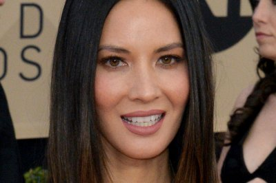 Olivia Munn tells Anna Faris she's not dating Chris Pratt