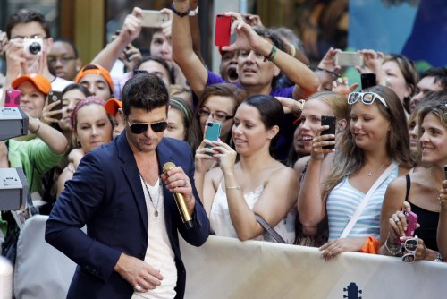 'Blurred Lines' tops U.S. record chart for 10th week