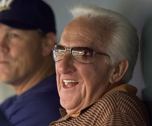 HOF announcer Uecker sustains concussion from foul ball