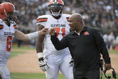 Browns' Hue Jackson mulls return to play-calling duties