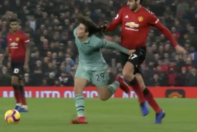 Manchester United's Marouane Fellaini drags down midfielder by his hair