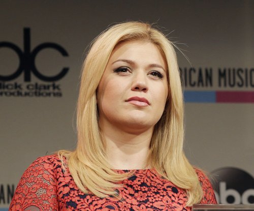 Kelly Clarkson, Carrie Underwood to perform on 'American Idol' finale