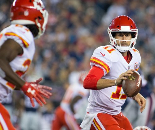 Alex Smith, Kareem Hunt guide Kansas City Chiefs by winless Los Angeles Chargers