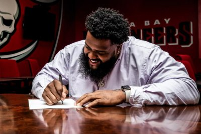 Tampa Bay Buccaneers re-sign LT Donovan Smith, one other