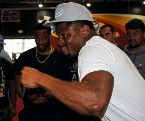 Oakland Raiders star Khalil Mack terrifies quarterbacks, destroys punch bag