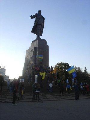 Lenin statue falls in Kharkiv, Ukraine