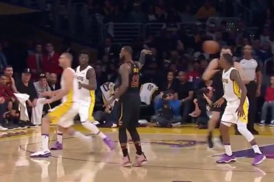 LeBron James fakes out entire Lakes defense with no-look pass