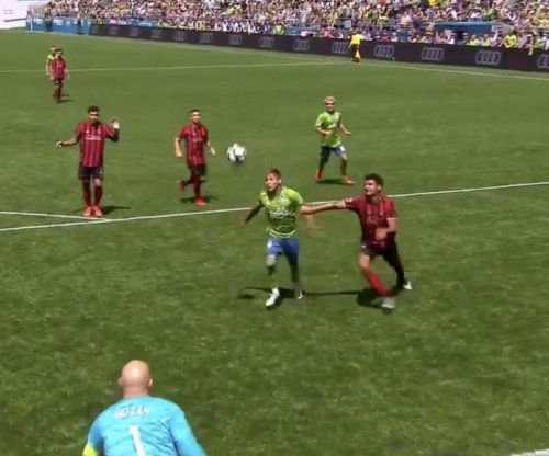 Sounders' Raul Ruidiaz juggles over defender, scores vs. Atlanta United
