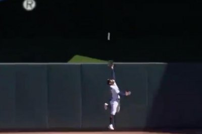 Twins' Byron Buxton robs hit with leaping grab, slams into wall