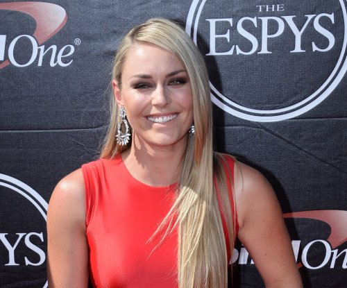 Lindsey Vonn taken off ski slope on stretcher, possible knee injury