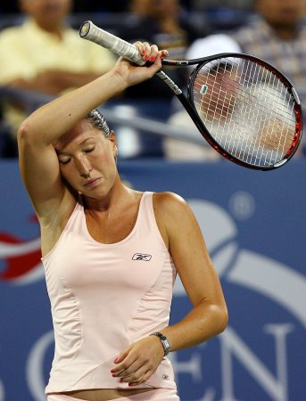 Henin advances at Australian Open