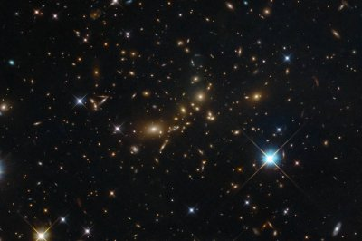 Hubble captures glow of giant galaxy cluster