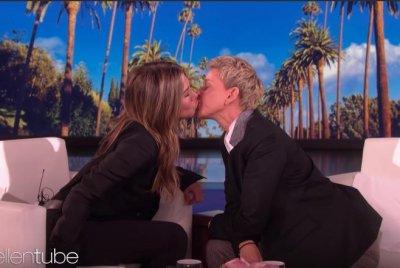 Jennifer Aniston, Ellen DeGeneres share kiss on 'Ellen'