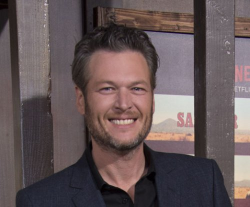 Blake Shelton kisses Gwen Stefani in new video