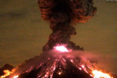 Fiery eruption of Mexican volcano captured on video