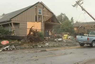 Strong winds, rain batter Pacific Northwest, sparking power outages