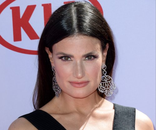 'Frozen' star Idina Menzel supports giving Elsa girlfriend