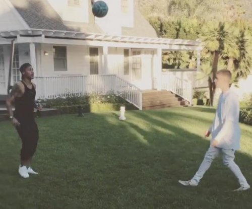 Neymar juggles in Justin Bieber's backyard