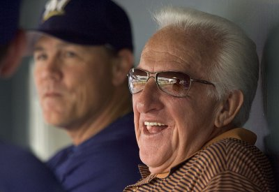 Brewers broadcaster Uecker to have surgery