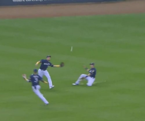 Brewers' Christian Yelich makes assisted, sliding catch vs. Reds