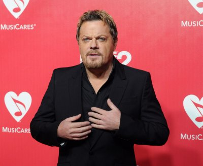 Eddie Izzard halts 27 marathon plan