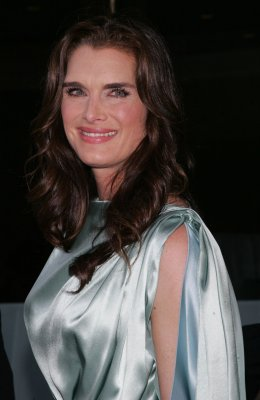 Brooke Shields breaks hand during rehearsal