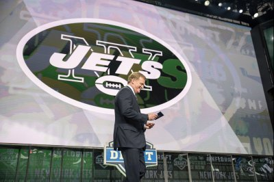 Jets owner won't discourage players from kneeling