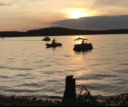 At least 10 dead after tourist boat sinks in Missouri