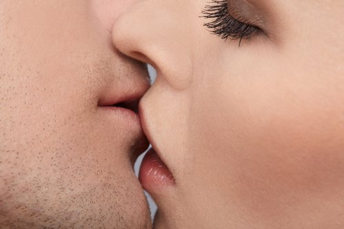 Study: 10-second kiss enables transfer of 80 million bacteria