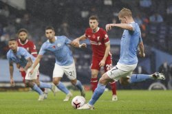 Kevin De Bruyne misses penalty, Manchester City ties Liverpool in Premier League