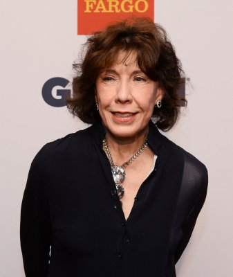 Lily Tomlin marries longtime girlfriend Jane Wagner