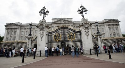 Buckingham Palace guard will face disciplinary action for dancing on duty [VIDEO]