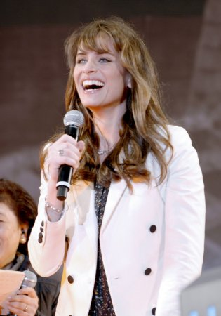 Amanda Peet gives birth to daughter