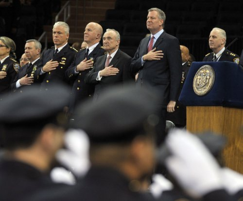 Mayor de Blasio sees backs, hears boos at NYPD graduation