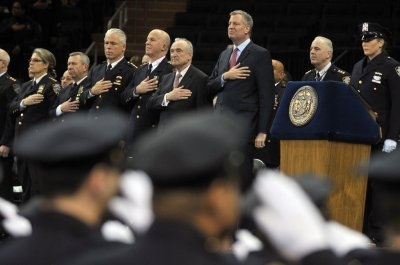 Mayor de Blasio sees backs, hears boos at NYPD graduation
