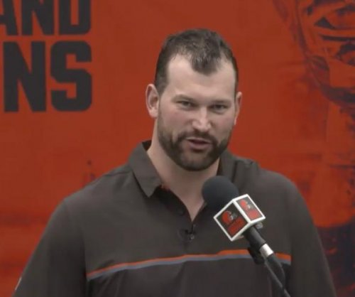 Joe Thomas jokes of Browns' past, Johnny Manziel during retirement speech