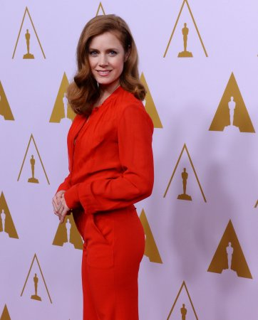 Amy Adams discreetly gives her first class seat to U.S. serviceman