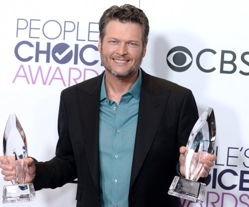 Blake Shelton calls Gwen Stefani the 'hottest date' at People's Choice Awards