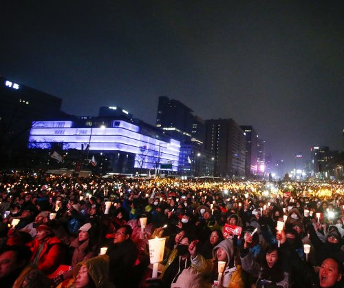 South Korea presidential candidate praises candlelight vigils, calls for change