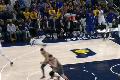 Stephen Curry falls on face while celebrating Klay Thompson dunk
