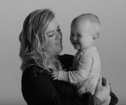Kelly Clarkson's daughter appears in 'Piece by Piece' video