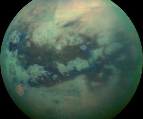 Titan is covered by electrically charged sand grains, experiments suggest