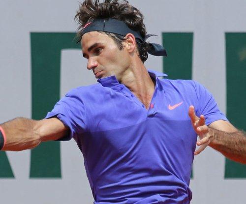 Roger Federer, Wawrinka advance in Paris